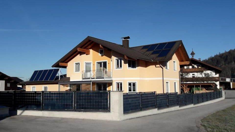 Solarzaun in Adnet, Österreich / Solar fence in Adnet, Austria (Elektrotechnik Leitinger)