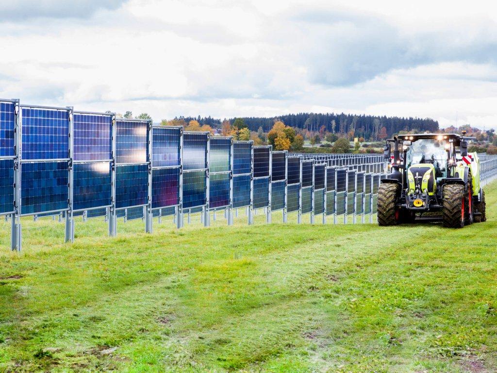 Ballenpresse im Solarpark